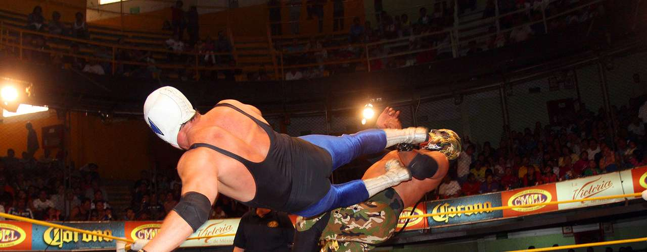 Con una espectacular huracarrana, Atlantis superó a Mr. Niebla en el mano a mano entre ídolos del CMLL.