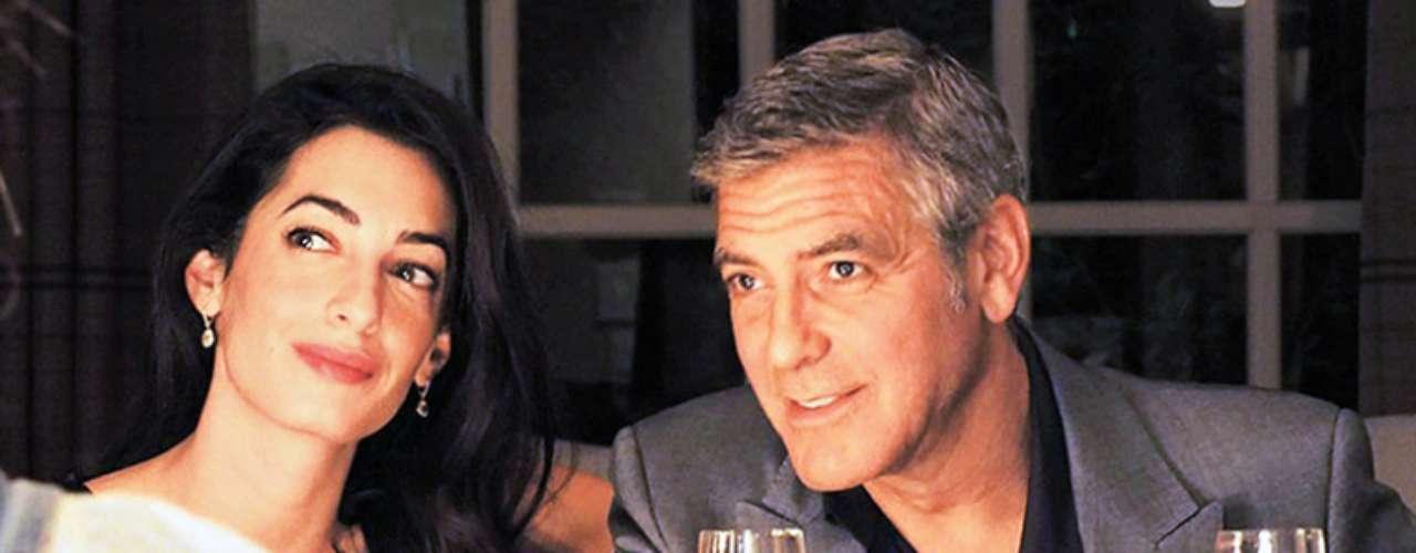 George Clooney le entregó a su prometida Amal Alamuddin un diamante cortado en forma de esmeralda de siete quilates y con adornos en platino el pasado 22 de abril de 2014.