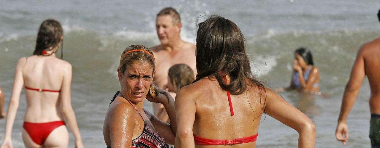 Mujeres infartantes desfilan por la arena y el mar mientras el sol calienta la playa más que nunca en 2011
