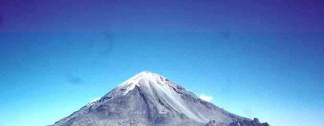 Se le conoce también como Citlaltépetl (que significa 'Monte de la estrella'). Es un volcán ubicado en los límites que forman Puebla y Veracruz.Su altura de 5 mil 610 metros sobre el nivel del mar lo hacen el más alto de México. De ahí que su cima siempre esté cubierta por nieve. La superficie del cráter de este gigante es de 154 mil 830 metros cuadrados. Déjate asombrar por el Pico de Orizaba.