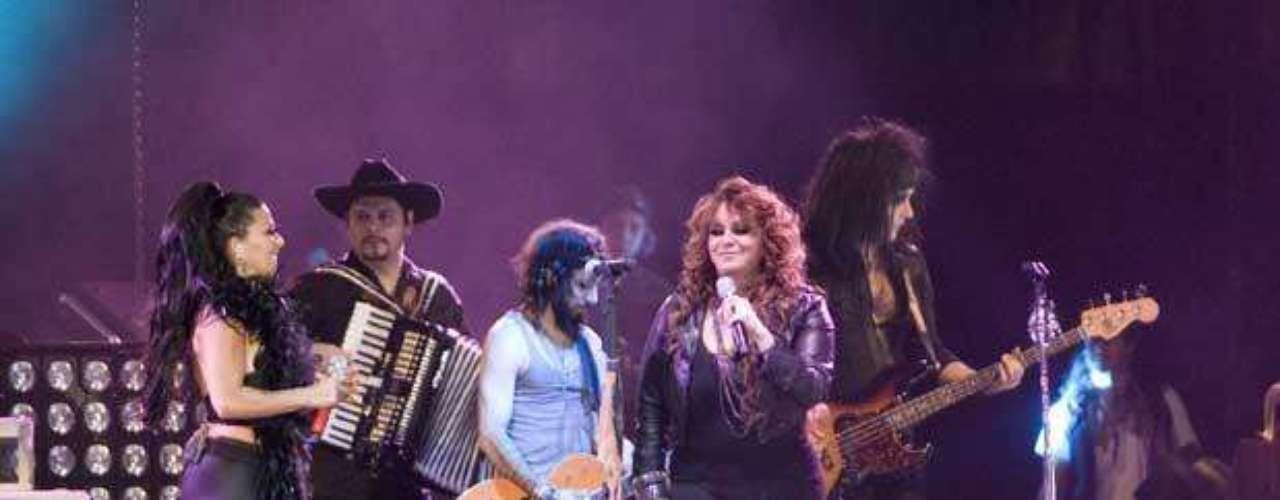 Alejandra Guzmán celebró 20 años de carrera con un concierto en el Palacio de los Deportes. La cantante unió su talento con artistas como Moderatto, Jenni Rivera y Vico C. La presentación fue documentada y posteriormente saldrá a la venta en CD y DVD.