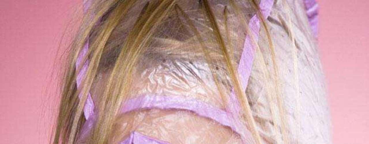 Teñirte el cabello es todo un show. Ya sea que lo hagas en tu casa o vayas al salón de belleza, hacerlo te tomará tiempo, dinero y esfuerzo. No eches todo esto a la basura y cuida el fabuloso color que ahora tienes.