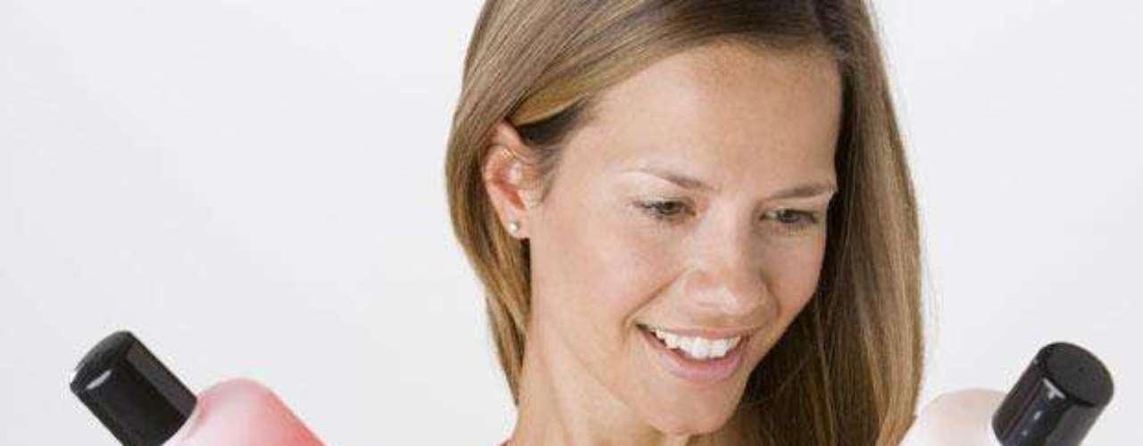 3. Utiliza productos que estén especialmente fabricados para cuidar el cabello teñido. Los puedes encontrar en los salones de belleza y también en el súper. Existen algunos que incluso tienen pigmentos ligeros que te ayudarán a mantener el tono.