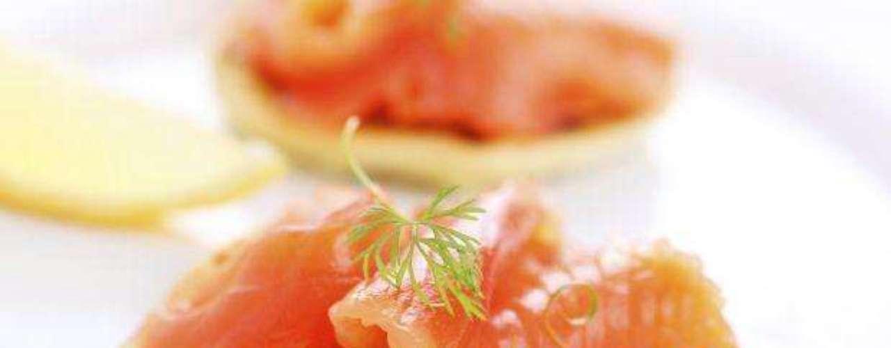Todos conocemos las maravillosas propiedades del pescado. El salmón en particular es una excelente fuente de ácidos grasos omega 3 (grasa que el cuerpo no produce y esencial para su desarrollo), vitamina D y selenio. Es también bajo en calorías y grasas saturadas y una importante fuente de proteínas, niacina, vitamina B, magnesio, fósforo y vitamina B6.