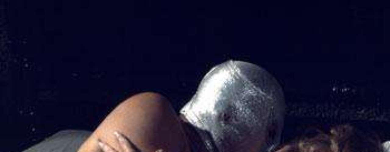 Las imágenes de la cinta 'El Vampiro y el Sexo', película erótica de 'El Santo', fueron dadas a conocer tras la polémica generada en el Festival Internacional de Cine de Guadalajara, donde se planeaba proyectar la cinta. El 'Hijo del Santo' no está de acuerdo con la exhibición de la cinta, pues cree que mancharía la imagen de ídolo.
