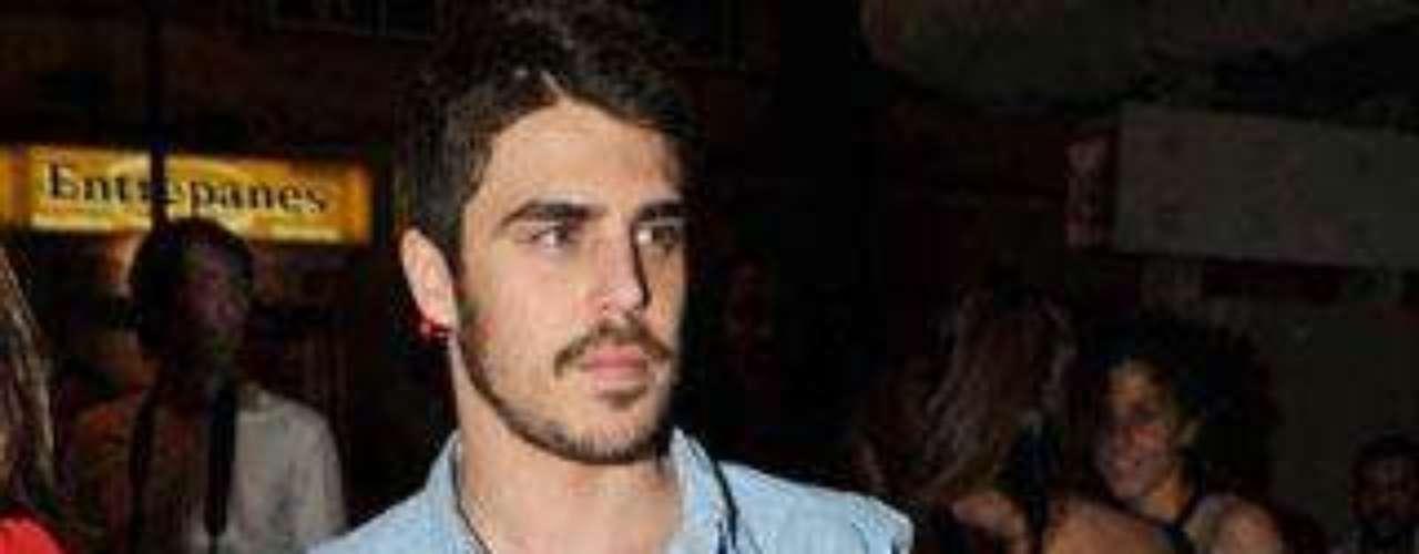 Javier Hernández, se la serie 'El barco', también acudió a la apertura del bar de copas.