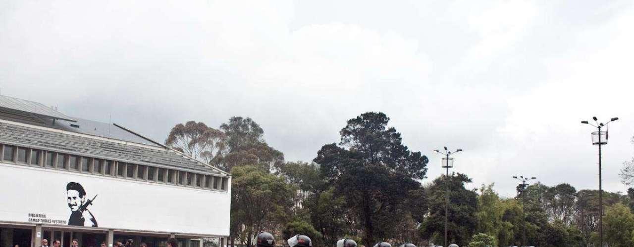 Los estruendos de las papas-bomba retumban sobre la calle 45 con carrera 30, mientras que los miembros de las autoridades buscan retomar el control del claustro.