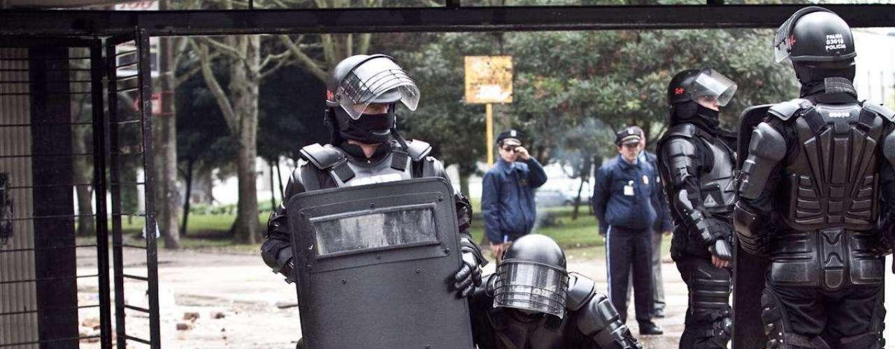 Fuertes enfrentamientos se presentan dentro y fuera de las instalaciones de la Universidad Nacional, luego de que un grupo de encapuchados amenazaran con realizar una manifestación después del medio día.