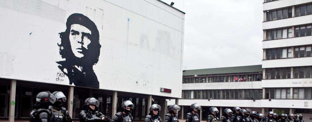 Los integrantes del Esmad del Policía se instalaron en el interior de la Universidad Nacional, en la emblemática Plaza Che, para intentar controlar los disturbios causados por encapuchados.