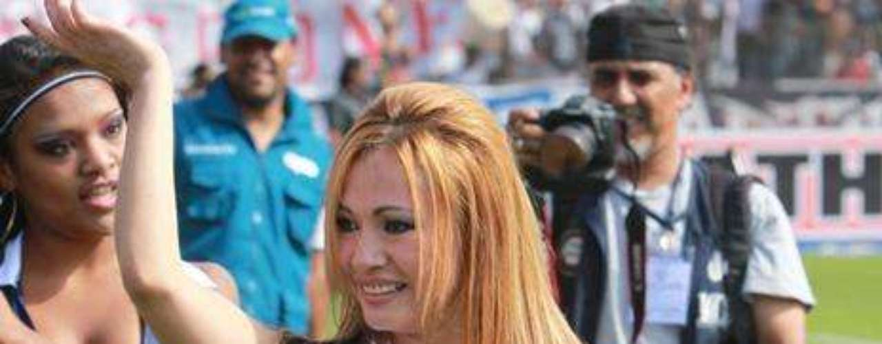 Porristas calientan el clásico del fútbol peruano