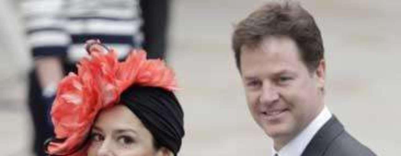 Míriam González, esposa de Nick Clegg, lució un spanish total look. Su turbante estaba firmado por Conchitta.