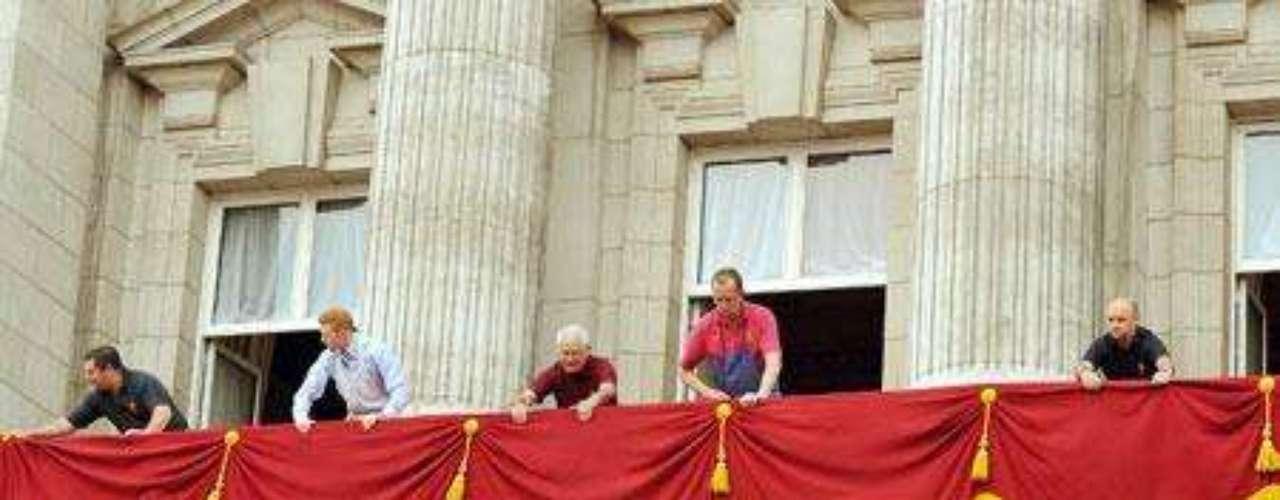 Esta misma mañana empezaban a preparar el balcón del Palacio de Buckingham, desde donde saludarán como marido y mujer los ya duques de Cambridge.