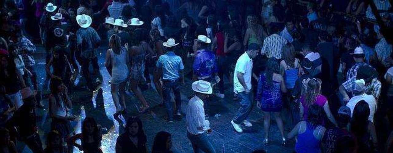 En una ciudad de México se crearon las coloridas botas picudas, que vienen de la mano con el tribal, un estilo de música que mezcla la azteca con cumbia y ritmos más modernos. Estos zapatos están hechos para bailar, pero también para competir: entre los ranchos y los grupos de chicos miden quién lleva las botas más largas.