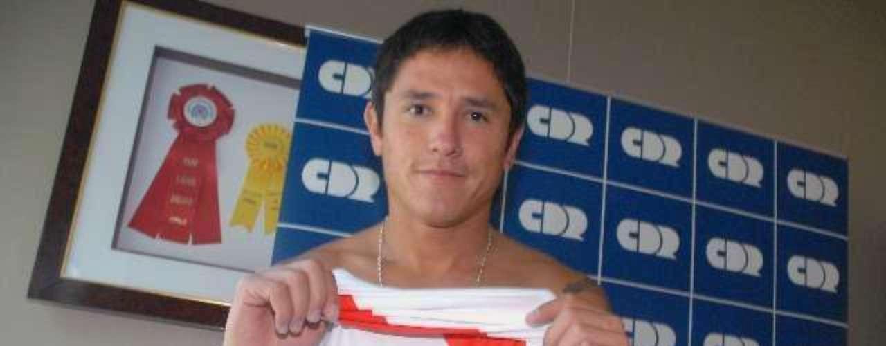 En los últimos años desfilaron jugadores y entrenadores por River y Boca que llegaron con la esperanza de triunfar y finalmente se fueron por la puerta de atrás. El  delantero Gustavo Canales arribó al equipo de Núñez para el Clausura 2010. Tras una mala campaña del plantel y un rendimiento irregular, el futbolista se fue del club