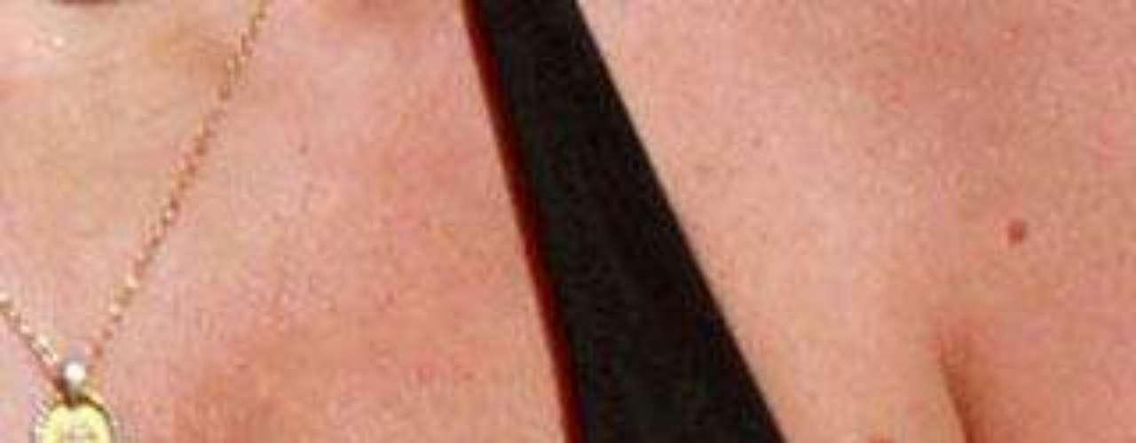 La actriz muestra un pecho algo hundido.