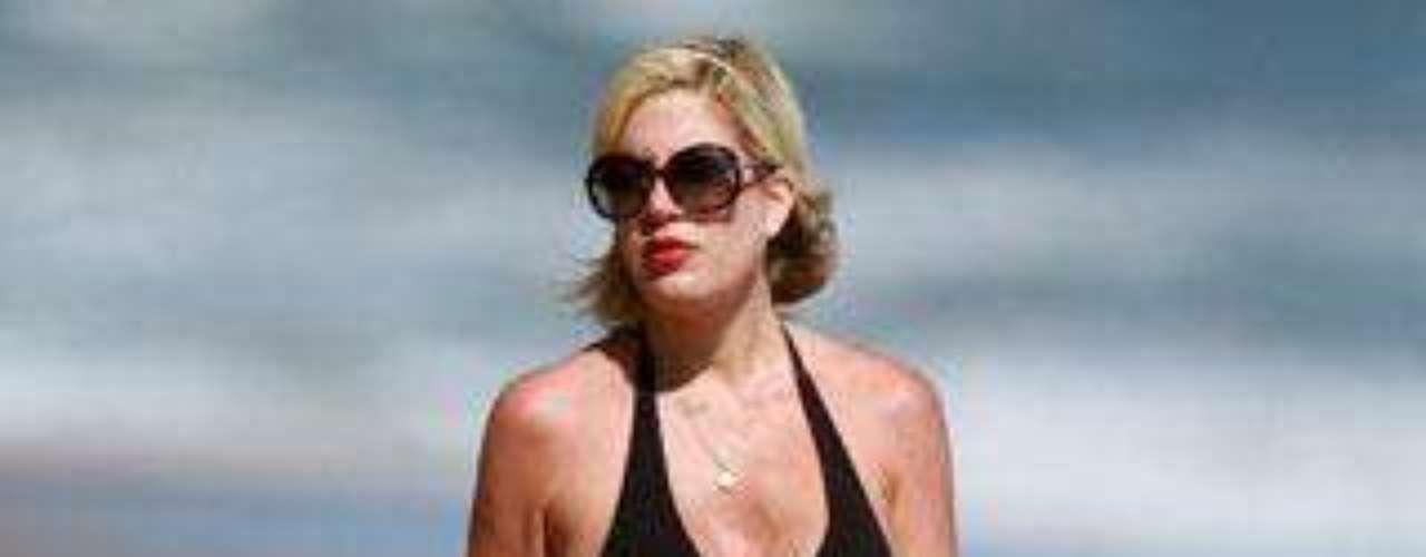 Tori Spelling se encuentra en avanzado estado de gestación, a pesar de lo cual se ha mostrado en traje de baño.
