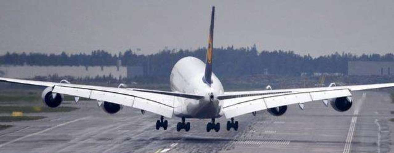 El avión gigante de Lufthansa, con capacidad para 526 pasajeros, despegó del aeropuerto de Frankfurt con destino a Miami para inaugurar una ruta con vuelo diario entre las dos ciudades.