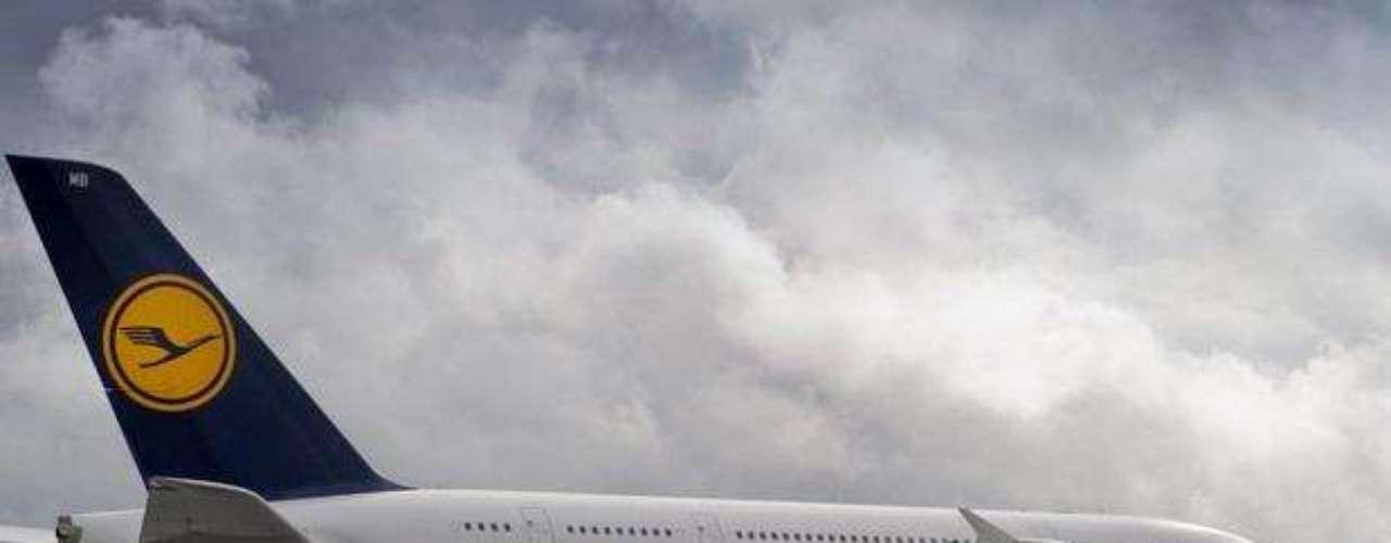 Los aeropuertos de Nueva York, Los Ángeles, San Francisco y Virginia han recibido ya la visita de este coloso del aire capaz de acomodar a 800 pasajeros en sus dos pisos y que cuenta con tres clases: primera (8 viajeros), negocios (98) y turista o económica (420 pasajeros).
