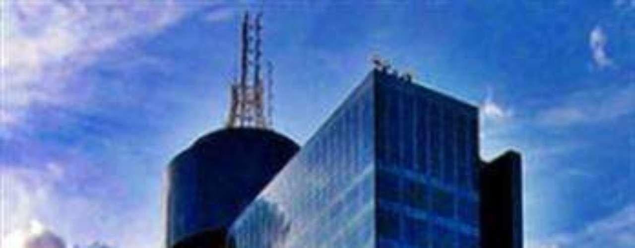 WTC Ciudad de México. Este complejo de edificios se encuentra en la colonia Nápoles de la Ciudad de México. Cuenta con centro de convenciones, centro cultural y plaza comercial. Su característica más famosa y distintiva es su restaurante giratorio. Tiene una altura de 207 metros.