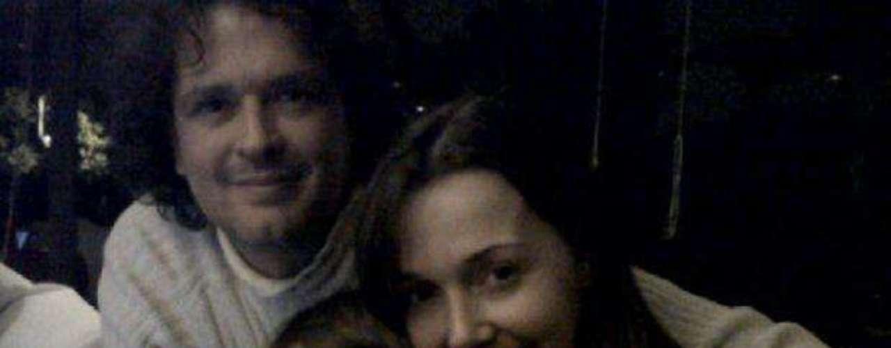 Carlos Vives con Claudia Elena y su hija. Como parte de la celebración del día del padre queremos rendir un homenaje a esos famosos que se han fotografiado junto a sus hijos y que han hecho público el gran amor que sienten por ellos.