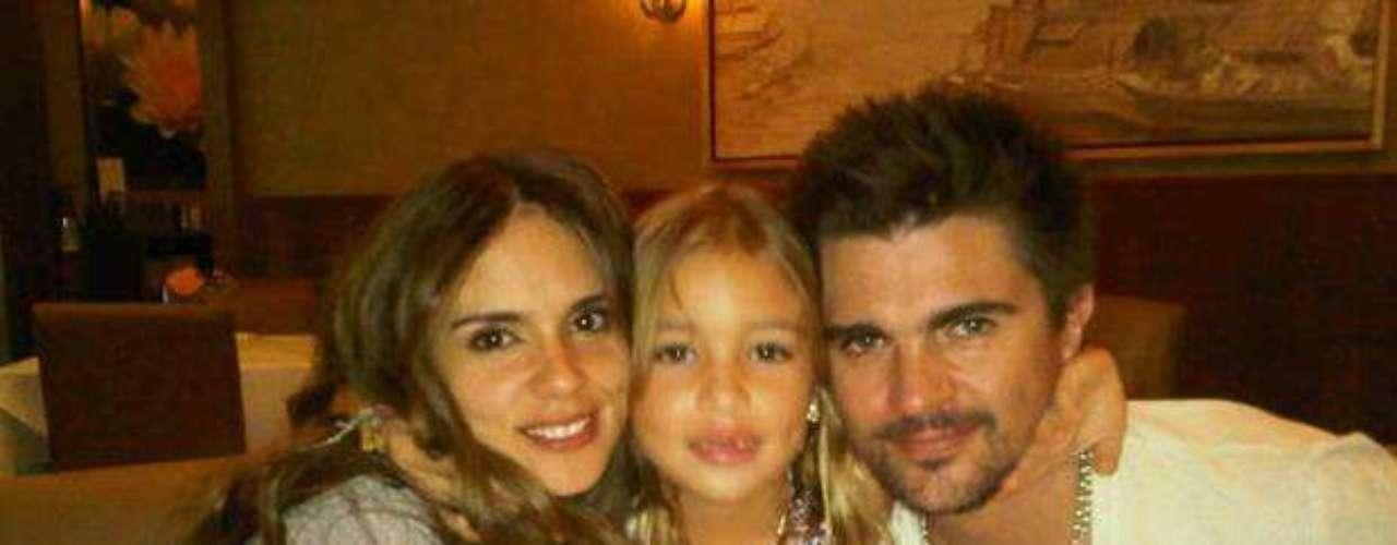 Juanes con su esposa Karen y su hija. Como parte de la celebración del día del padre queremos rendir un homenaje a esos famosos que se han fotografiado junto a sus hijos y que han hecho público el gran amor que sienten por ellos.
