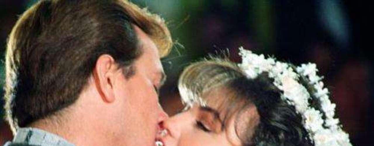 Este fue el lanzamiento internacional de Thalía como estrella de telenovelas.  'María Mercedes' fue escrita por Inés Rodena y adaptada por Carlos Romero.Añáde Terra Telenovelas en Facebook