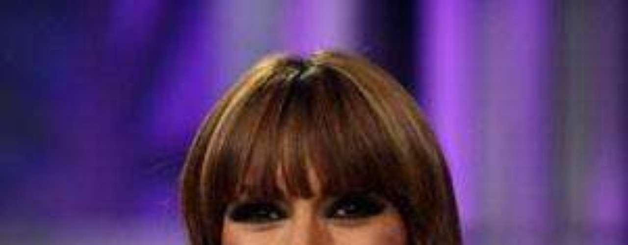 El cabello de Galilea luce perfecto, el fleco hace que su rostro se vea más juvenil. Los accesorios son discretos y elegantes. ¿Cuál es el problema? Obviamente el vestido. Demasiadas y pesadas aplicaciones en colores brillantes. ¿Acaso la conductora planeaba acudir a una audición para el Moulin Rouge al terminar la trasmisión del programa?