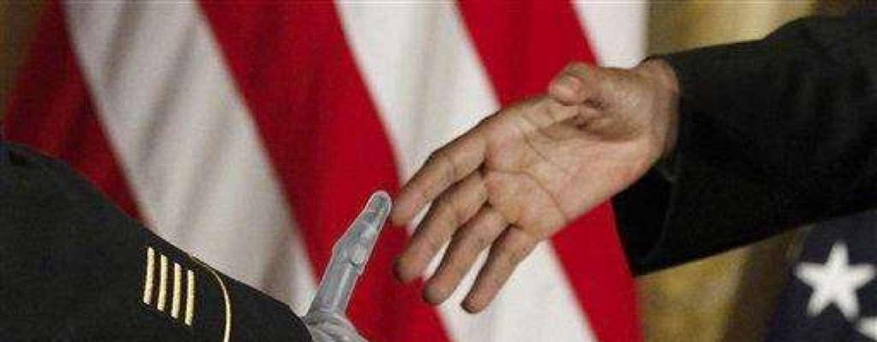 Petry, padre de cuatro hijos, recibió la medalla con distintivo azul en una ceremonia en la Casa Blanca en la que también estuvo presente el vicepresidente, Joseph Biden, y un grupo de veteranos.