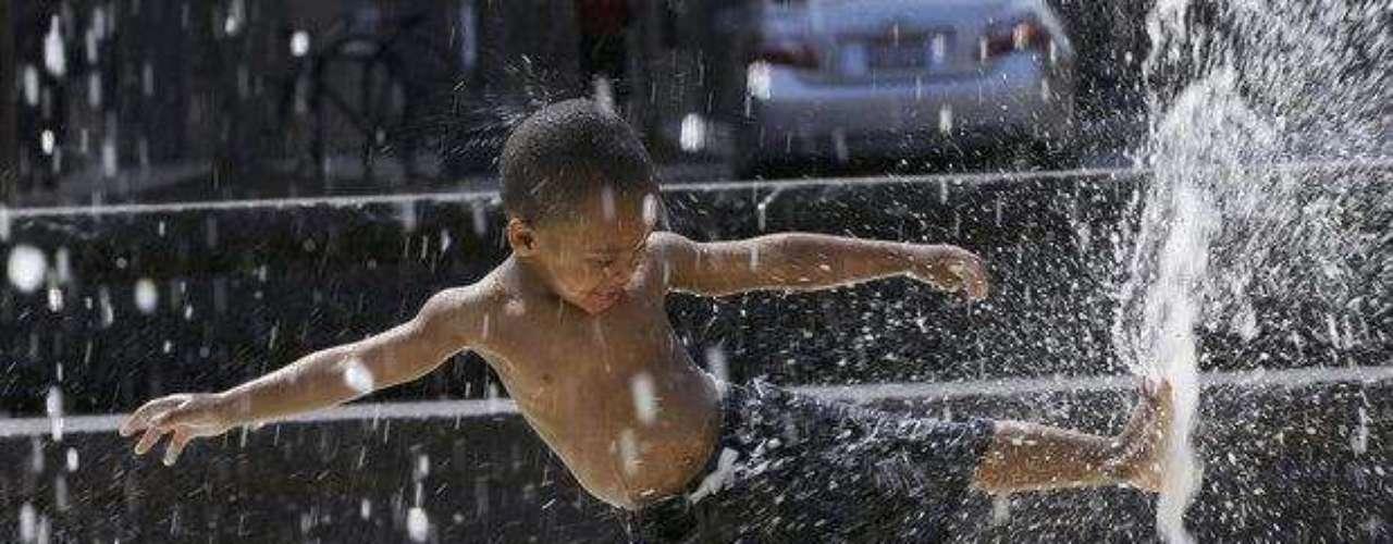 Los meteorólogos advirtieron el lunes que el calor extremo podría continuar durante la mayor parte de la semana, y quizás se extienda aún más. Al mismo tiempo, muchas personas no podrán refrescarse con un chapuzón: las piscinas en algunas ciudades se han cerrado debido a recortes presupuestarios.