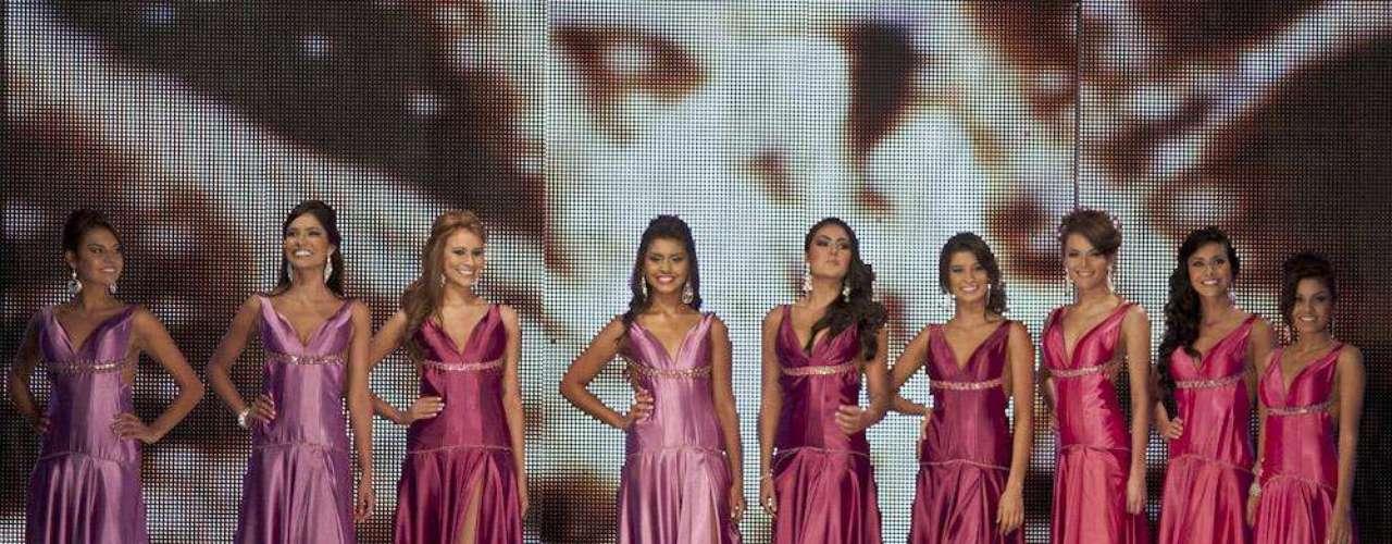 Luego las candidatas desfilaron por la pasarela en traje de gala, diseñado por Julián Méndez con telas de Sutex, los accesorios eran de la Galería L.A Cano y zapatos de Vicky Tcherassi.