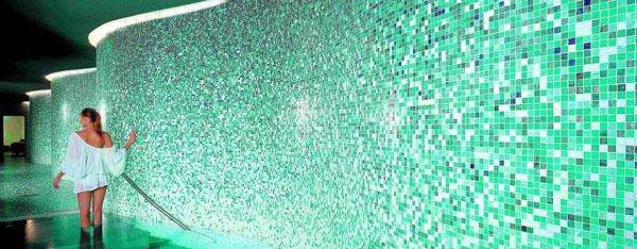 Los focos subacuáticos son uno de los complementos más atractivos si quiere hacer del entorno de su piscina un lugar de reunión y diversión durante las noches más calurosas.