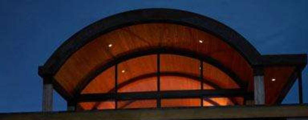 Las cúpulas de la estructura, para los días más fríos, ofrecen un amplio abanico de posibilidades para que disfrute del baño en cualquier momento y sin que tenga sensación de opresión gracias a la transparencia de su carcasa.