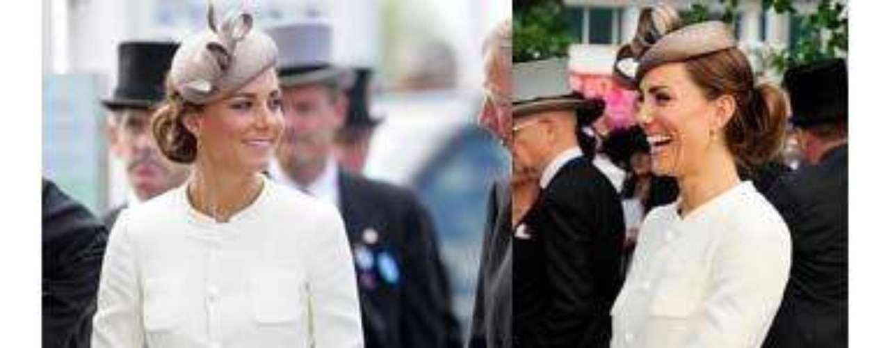Este fue el 'outfit' para marcar el inicio de las carreras de caballos, allí la Duquesa deslumbró con un sencillo traje compuesto por una falda blanca con mucho vuelo, acompañada por una chaqueta tipo Channel y zapatos nude. Como complemento eligió un pequeño tocado y el cabello recogido. Un look muy sobrio con el que hizo todo un derroche de glamur