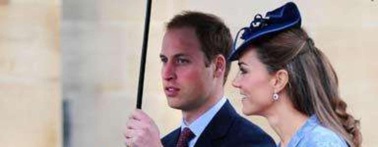 Así mismo se dejó ver absolutamente deslumbrante, durante la celebración del cumpleaños número 90 del Príncipe Felipe. En esta ocasión la duquesa apostó por un look en azul, con abrigo brocado y un tocado en el mismo tono, complementado por su famoso anillo de compromiso en zafiro y diamantes.