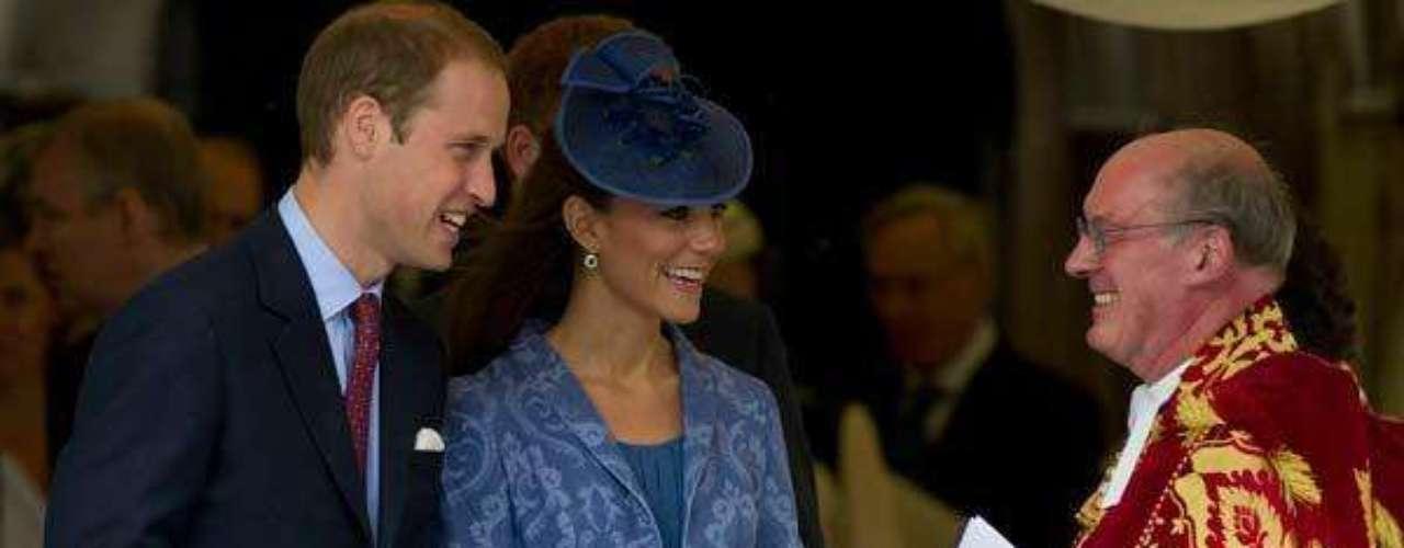 Bajo el abrigo lució el vestido de Zara azul que vistió el día después de su boda, un atuendo muy elegante y casual.