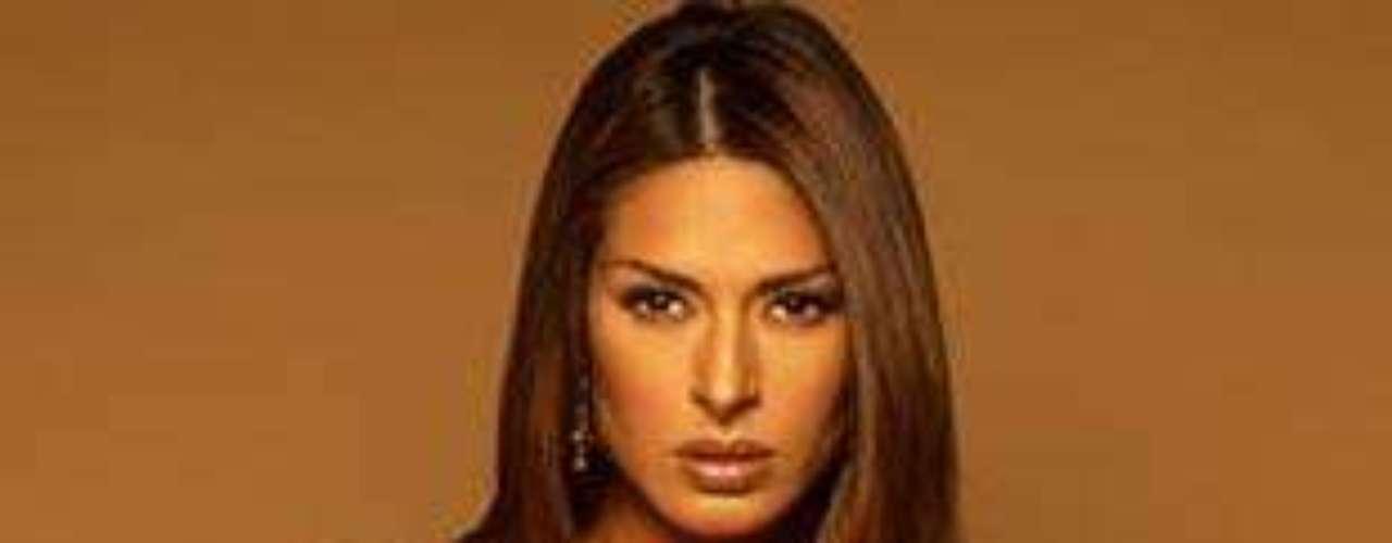 En 2004, la guapa mexicana se convirtió en una amante del bronceado y del cabello lacio. Sus atuendos eran atrevidos, pero de estilo romántico.