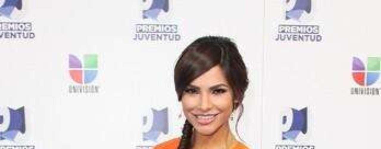 Mejor vestida: Alejandra Espinoza. Con un vestido naranja la conductora de los premios Juventud, atrajo la atención de todos. El diseño  de  Rosita Hurtado, complementaba con un cinturón  y  zapatos color púrpura