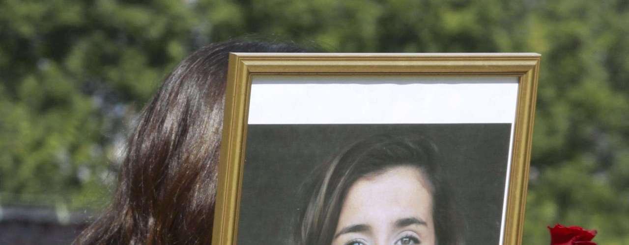 Un doliente carga la imagen de Abobakar Rashid, de 18 años de edad, durante su funeral. La adolescente, de largos cabellos castaños, llegó en 1996 a Noruega huyendo de Irak con su familia en busca de seguridad.