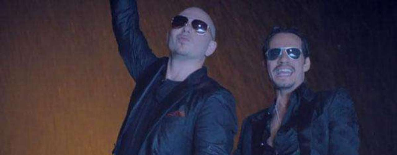 "Con Marc Anthony interpretóel tema ""Rain Over Me""."