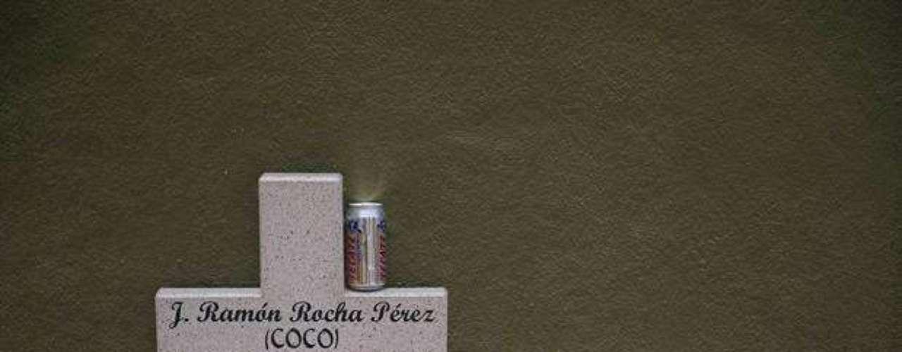 El misterio que rodea a los narcotraficantes en vida les sigue tras la muerte, pues mientras abundan los objetos de recuerdo en las tumbas muchas permanecen sin fechas, nombres o epitafios.