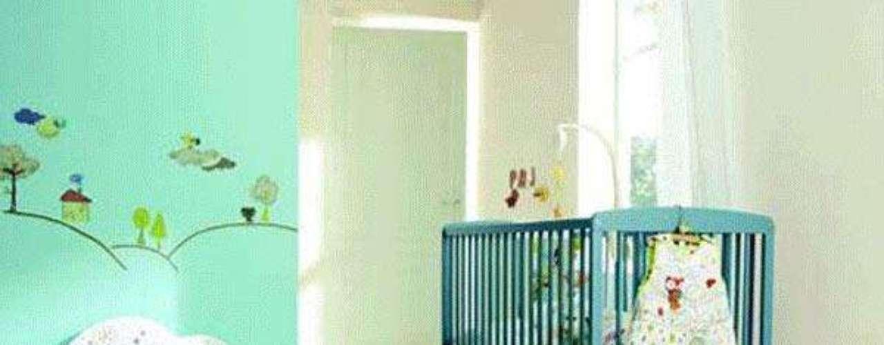 Al momento de acomodar los muebles, comienza con la cuna que será el centro de atracción del cuarto. Trata de ubicarla cerca de la puerta o frente de ella, para así no tropezar con nada y tener acceso rápido a ella.