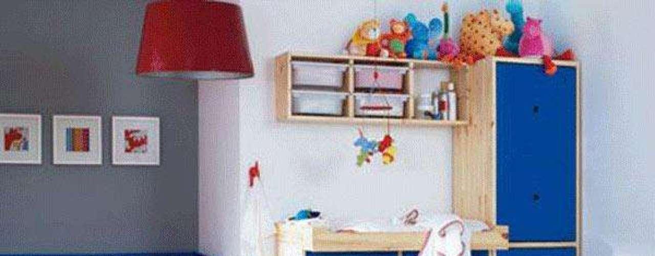 Ubica el mueble de cambiado de panales muy cerca de la cuna, de esa forma evitaras pequeños accidentes con los panales, y evitaras caminar con el bebe a través de la habitación.