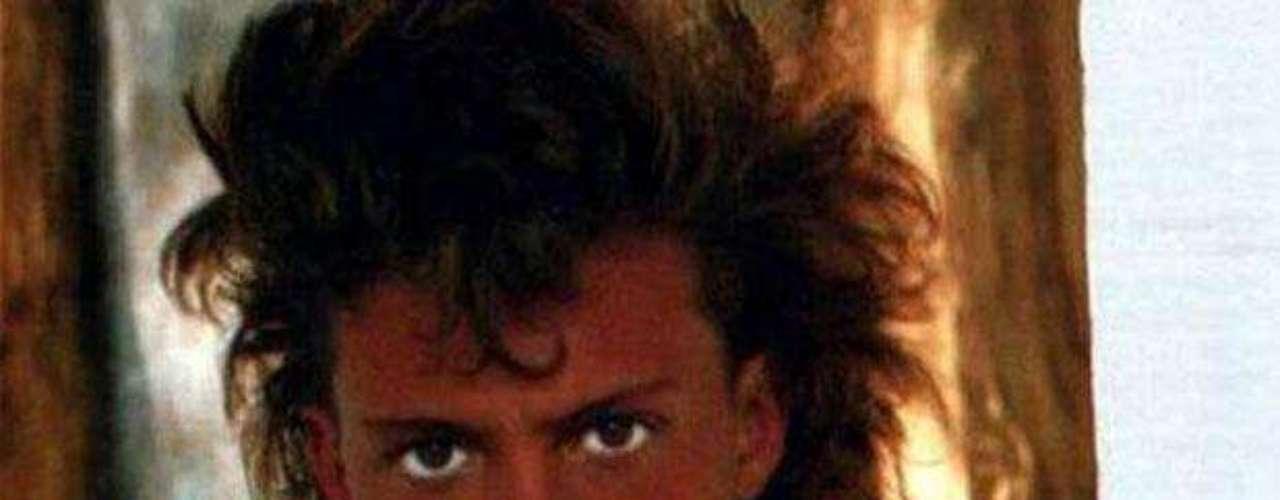 En 1985 gana su primer premio Grammy con el tema Me gustas tal como eres, a dúo con la cantante escocesa Sheena Easton, incluido por ella en su único álbum en idioma español (Todo me recuerda a ti). Su actuación conjunta con Sheena Easton, en el Festival de Viña del Mar de ese año, le hace ganar su primer premio en el exterior: la Antorcha de Plata.