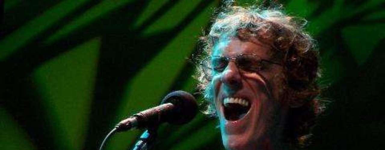 El músico argentino Luis Alberto Spinetta, uno de los compositores de rock más populares rock latino, murió a los 62 años a causa de un cáncer de pulmón. El \