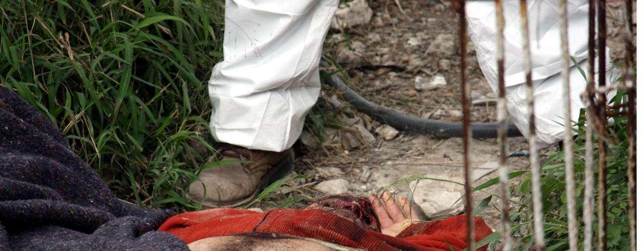 01-enero-2012.- Ejecutado en Cerro de la Campana, NL. El cuerpo de un hombre ejecutado a balazos y con la parte inferior del cuerpo quemada fue encontrado en una brecha en lo alto del Cerro de La Campana, en el sur de Monterrey.