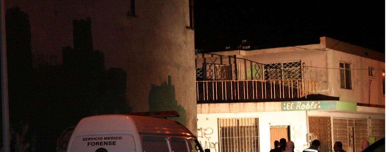 05-enero-2012.- Ejecución en Monterrey. Un grupo de sicarios llegó anoche hasta la entrada de una calle de la Colonia Unidad Modelo, para bajar de un auto a un joven de entre 25 y 30 años y ejecutarlo de al menos cinco balazos, principalmente, en el rostro.