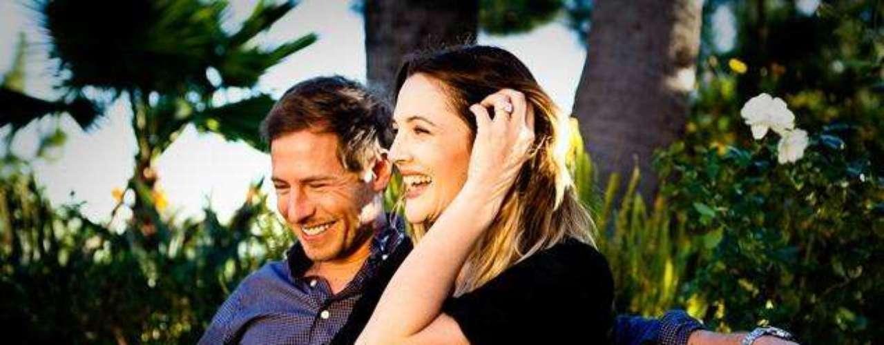 Drew Barrymore y su prometido Will Kopelman lanzaron la foto oficial de su compromiso en donde se le ve a Drew muy sonriente portando el costoso anillo de compromiso que éste le dio en las pasadas fiestas decembrinas