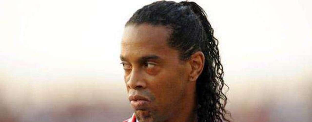 El astro brasileño Ronaldinho, quiso demostrar que tiene habilidad no solo con sus piernas, sino también con sus manos, ya que en el 2011 salió a la luz un video donde aparecía tocándose sus genitales.
