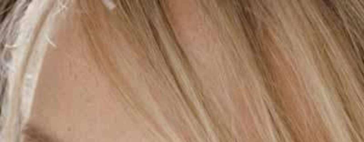 Emma Burton. Lo que necesitarás para lograrlo son: un corrector de ojeras, una base de tu color de piel, una base uno o dos tonos más oscuros que la anterior y un blush de color marrón.
