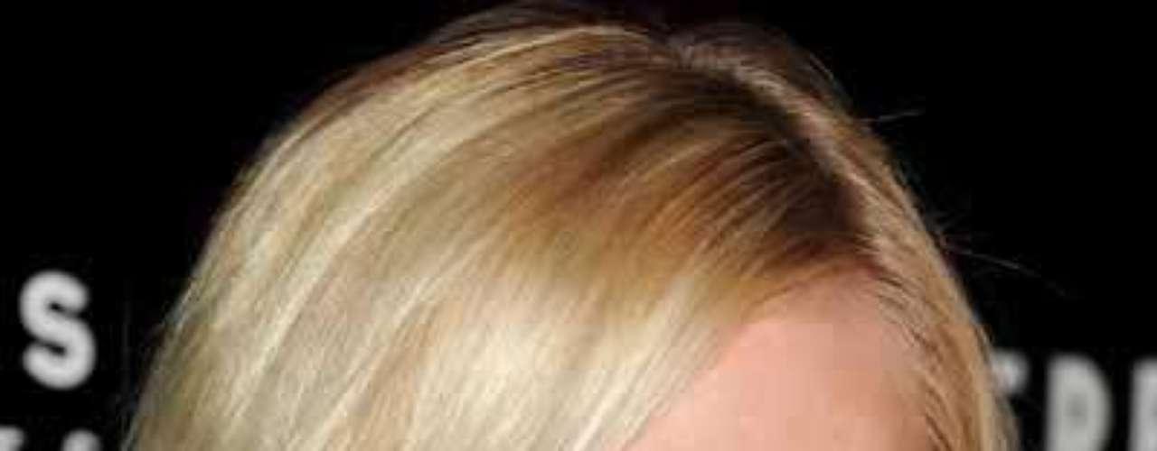 Kirsten Dunst. Ten en cuenta que así como es importante emparejar la base en tu rostro, debes hacer lo mismo con el cuello, puesto que de lo contrario tendrás un rostro de un tono tan distinto al del resto del cuerpo que parecerá que no corresponde a la misma persona.